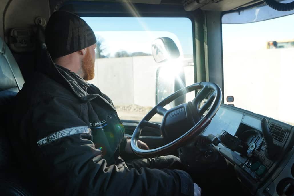 Mads inde i lastbilen